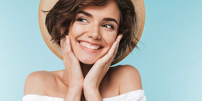 confident-smiling-young-woman-in-summer-hat